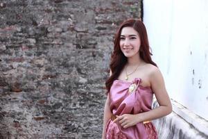 kvinna i thai traditionell klänning foto