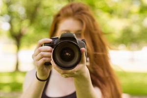 kvinnlig fotograf i parken foto