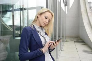 berlin, kvinnlig chef med smarttelefonen foto