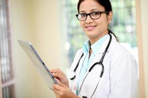 kvinnlig läkare som använder tablet PC foto