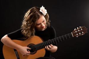 vacker ung kvinnlig gitarrspelare foto