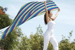 sorglös kvinna som håller färgglada tyg foto