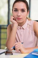 porträtt av kvinnlig kontorsarbetare