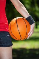 porträtt av en kvinnlig basketspelare foto