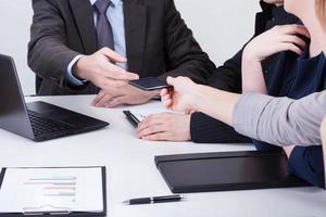 kvinnlig hand som ger chefstelefonen foto
