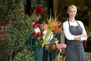 porträtt av kvinnlig blomsterhandlare utanför butiken foto