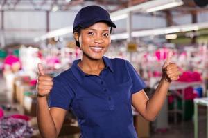 kvinnlig textilarbetare med tummen upp foto