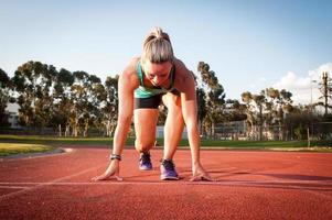 kvinnlig löpare på en friidrott