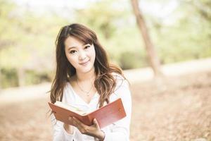 asiatisk kvinnlig högskola eller universitetsstudent foto