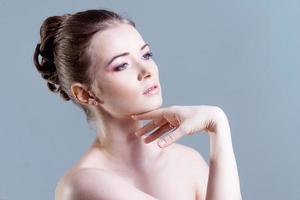 porträtt av en vacker kvinnlig modell foto