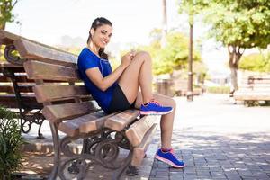glad kvinnlig löpare i en park foto