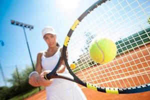 sportig kvinnlig tennisspelare i aktion foto
