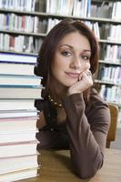 kvinnlig universitetsstudent i biblioteket, porträtt foto