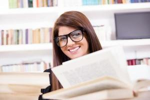 ganska kvinnlig student med glasögon leende foto