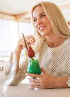 attraktiv ung kvinna med färsk cocktail foto