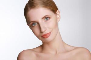 vacker ung kvinna röra hennes hud foto