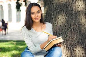 porträtt av en glad kvinnlig student foto