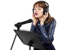 kvinnlig sångare på en vit bakgrund foto