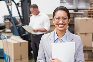 kvinnlig chef som håller filer under upptagen period foto