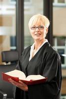 kvinnlig advokat med tysk civilrätt foto