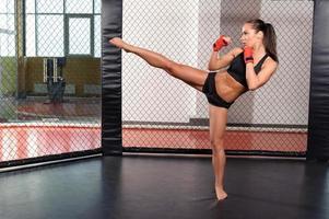 kvinnlig boxare slåss i en ring foto
