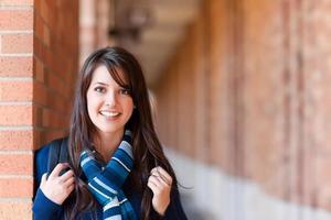 kvinnlig högskolestudent poserar för bild foto
