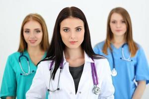 porträtt av ung brunett kvinnlig läkare foto