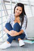 kvinnlig högskolestudent som tittar på kameran foto