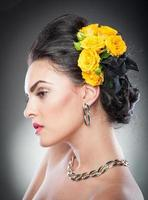 vacker kvinnlig konststående med gula rosor