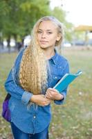 vacker ung kvinnlig student i en park foto