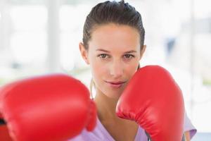 närbild porträtt av en bestämd kvinnlig boxare foto