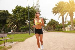 ung kvinna som gör sport utanför på sommaren foto
