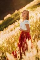 flicka vid solnedgången foto