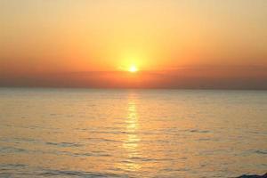 solnedgång över vatten foto