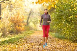 kvinnlig fitnessmodellträning utanför och spring foto