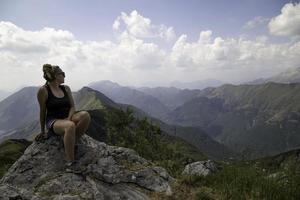 kvinna på toppen av en moutain foto