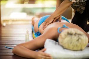 kvinnlig som får ryggmassage foto