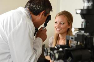 ögonläkare med kvinnlig patient