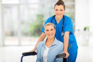 medelålderspatient med kvinnlig sjuksköterska foto