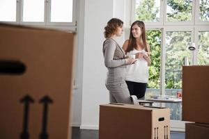 kvinnliga yrkesverksamma på ett nytt kontor foto