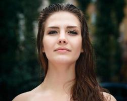 naturlig kvinnlig skönhet i sommarregn foto