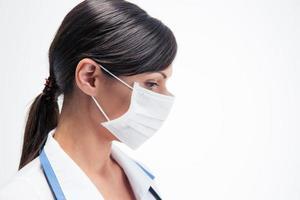 fundersam kvinnlig läkare i mask foto
