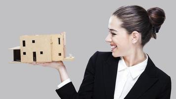 kvinnlig affärsagent innehav hus modell foto