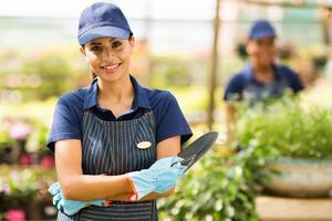 kvinnlig plantskolearbetare i växthus foto