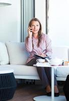 affärskvinna som pratar i telefon på ett kafé foto