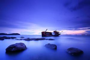 skeppsvrak i solnedgången foto