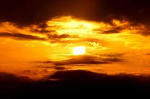 molnig skymning solnedgång foto