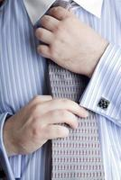 affärsman räta ut sitt slips