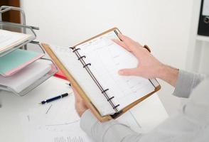 affärsman som konsulterar sin agenda