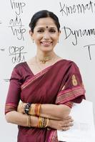 indisk affärskvinna framför whiteboard foto